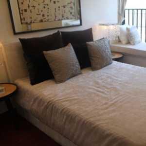 李易峰穿著睡衣,在這老派浪漫的家里拍